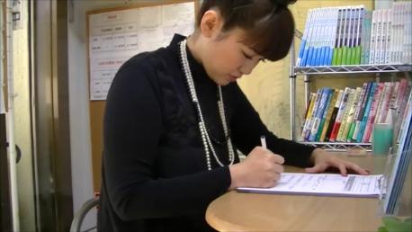 昭和町カイロプラクティック院受付での、問診表記入